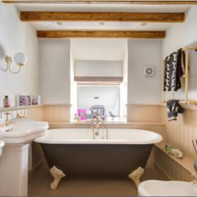 Dầm gỗ trên trần nhà tắm