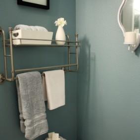 Étagère avec un cintre pour une serviette sur une cuvette des toilettes