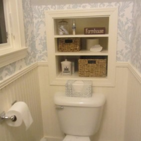 Étagères pour petites choses dans le mur des toilettes