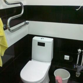 Toilettes blanches sur fond de carreaux noirs