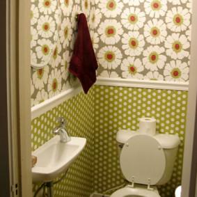Papier peint à l'intérieur d'une petite toilette