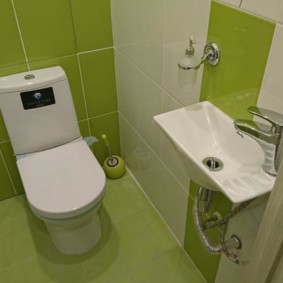 Tuiles de chaux dans une petite toilette