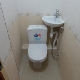 Évier d'angle dans les toilettes Khrouchtchev