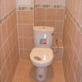 Modèle de toilette au sol compact