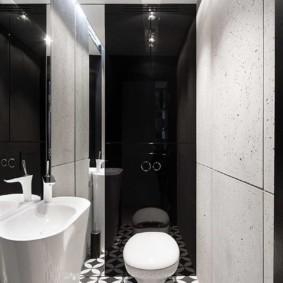 Toilettes blanches sur un mur noir