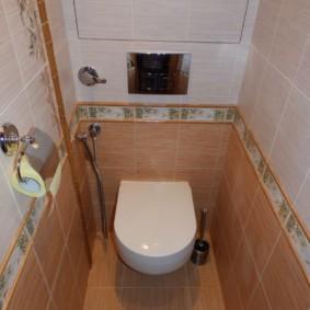 Bordure en céramique sur le mur des toilettes