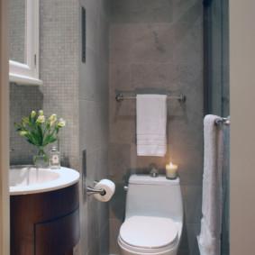 Toilettes blanches dans une pièce grise