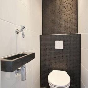 Mosaïque en céramique à l'intérieur des toilettes