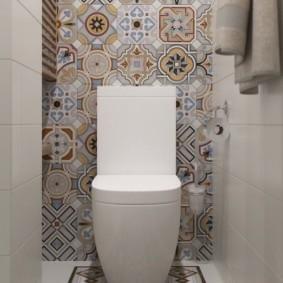 Carrelage de style patchwork sur le mur des toilettes