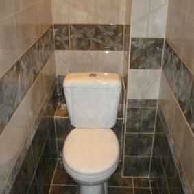 Intérieur des toilettes avec un rebord dans le mur