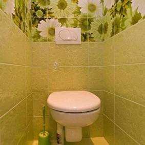 Papier peint avec des fleurs à l'intérieur des toilettes