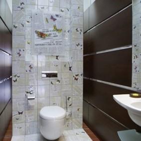 Panneaux bruns sur le mur des toilettes