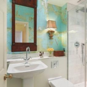 Miroir dans un cadre en bois sur le mur des toilettes