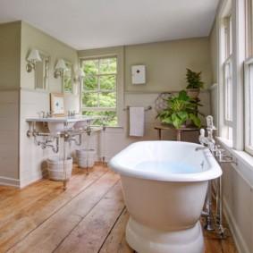 Bồn tắm lớn trên sàn gỗ