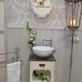 Vườn đèn lồng retro trong phòng tắm sang trọng tồi tàn
