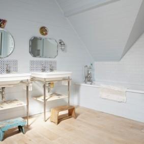 Nội thất phòng tắm với hai chậu rửa