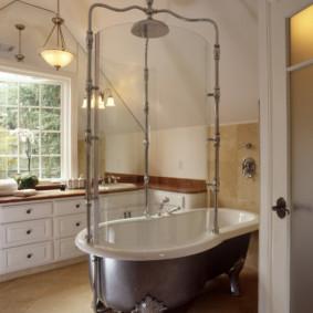 Vòi hoa sen retro trong phòng tắm của một ngôi nhà nông thôn