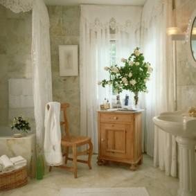 Bó hoa hồng trắng trong phòng tắm