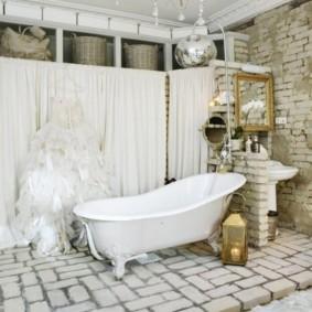 Bồn tắm gạch silicat trên sàn nhà