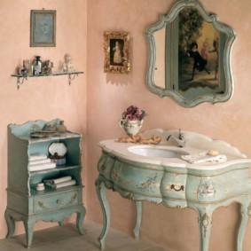 Bức tường màu hồng trong phòng tắm nữ