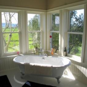 Bồn tắm trong phòng có cửa sổ bằng gỗ