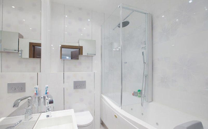 Phòng tắm sáng sủa sau khi sửa chữa lớn
