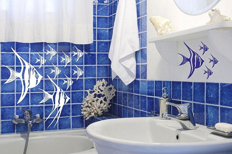 البلاط الأزرق مع الأسماك على الحائط في الحمام