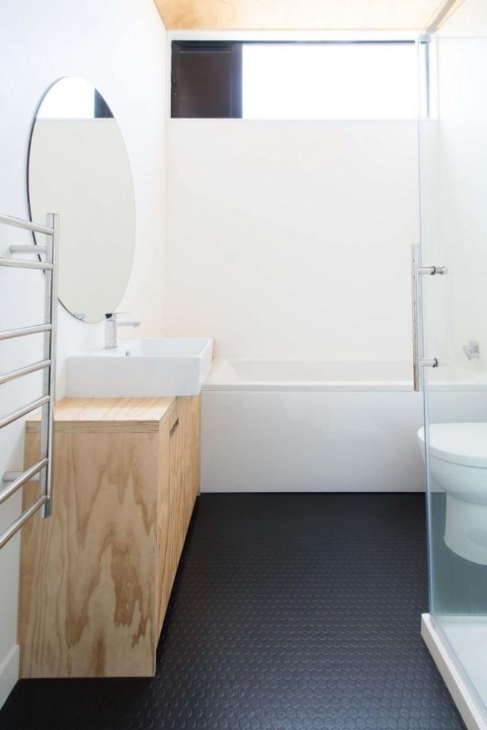 Plancher de salle de bain noir avec petite fenêtre