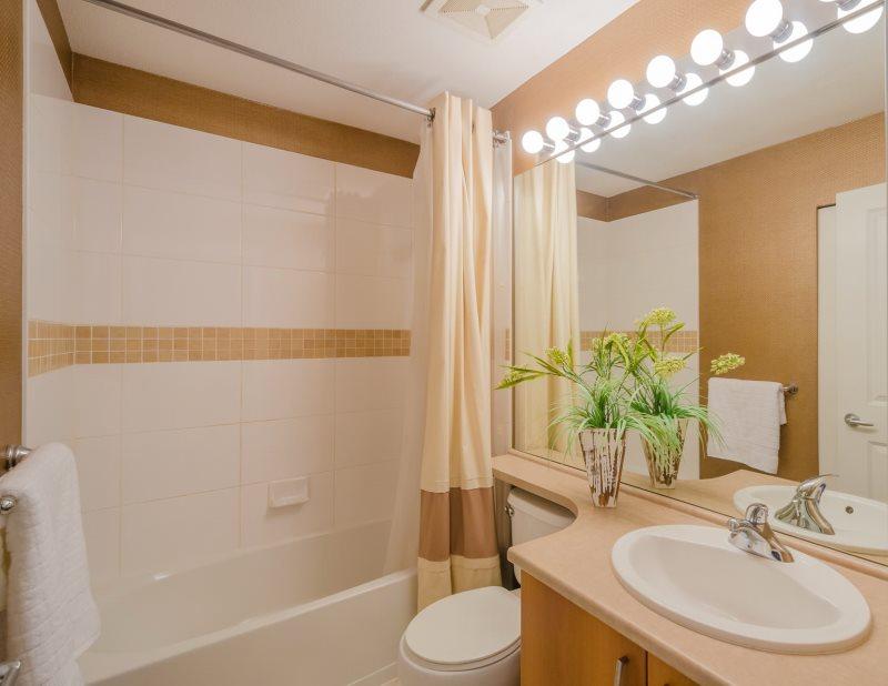 Bóng đèn phía trên gương trong phòng tắm sau khi sửa chữa