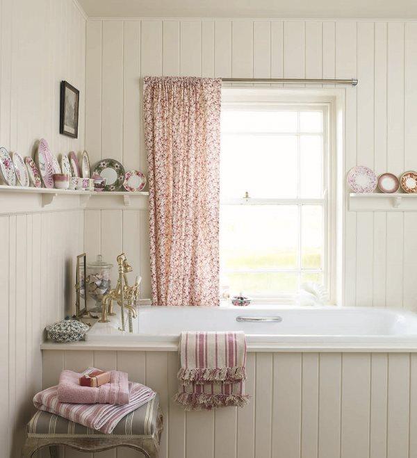 Một tấm rèm đầy màu sắc trên cửa sổ phòng tắm theo phong cách sang trọng tồi tàn