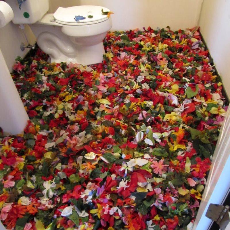 Image de pétales de fleurs sur le sol des toilettes