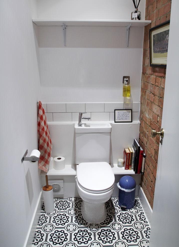 Maçonnerie à l'intérieur d'une petite toilette