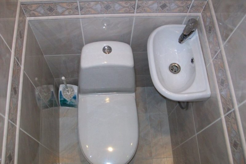 Petit lavabo dans les toilettes Khrouchtchev