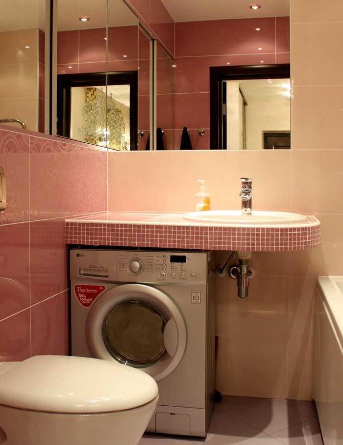 Placer sous l'évier pour une machine à laver dans une petite salle de bain