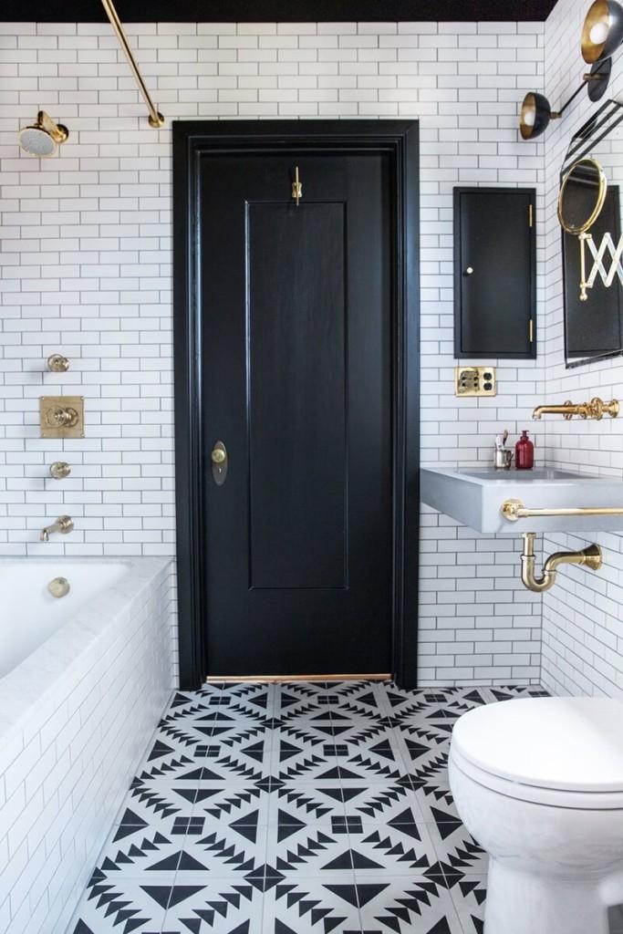 Plancher de salle de bain en mosaïque de carreaux noirs et blancs