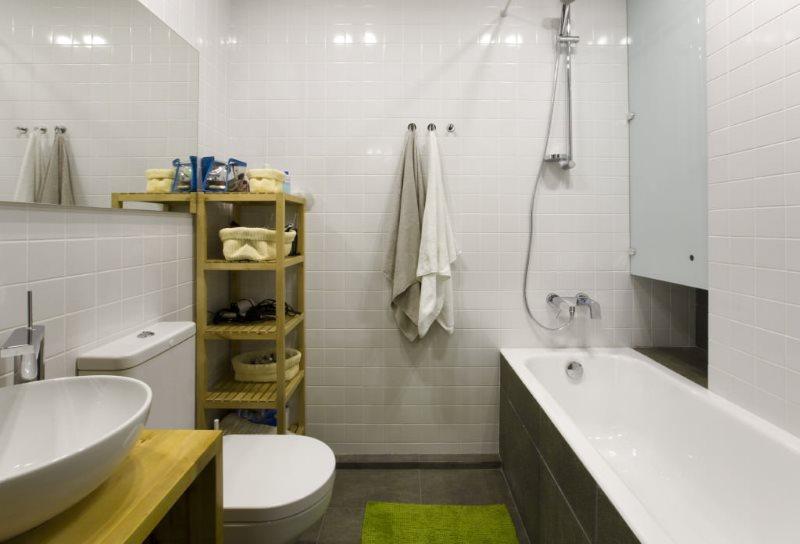 Ánh sáng tốt trong phòng tắm với những bức tường trắng