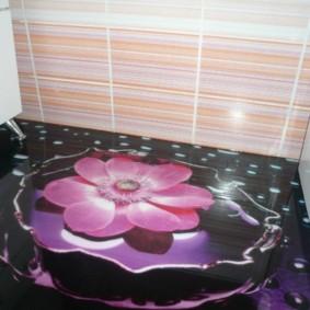 Fleur rose sur un sol de salle de bain noir