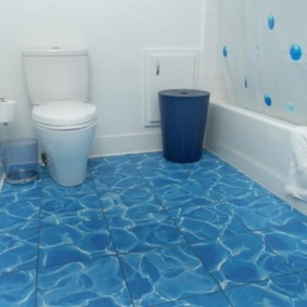Plancher bleu à l'intérieur de la salle de bain