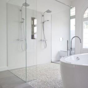 Cloison vitrée dans une salle de bain blanche