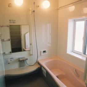 Petite salle de bain avec une fenêtre dans le mur