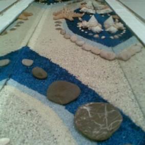 Cailloux et sable sous le revêtement époxy du plancher en vrac