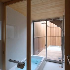 Cloison transparente dans la salle de bain combinée