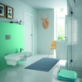 Décoration murale de salle de bain spacieuse