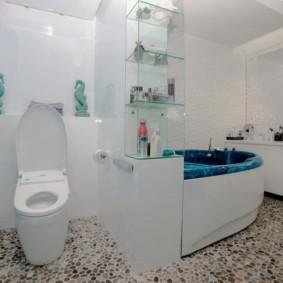 Galets de rivière sur le sol de la salle de bain