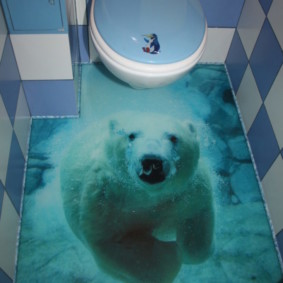 Couvercle bleu sur une toilette suspendue