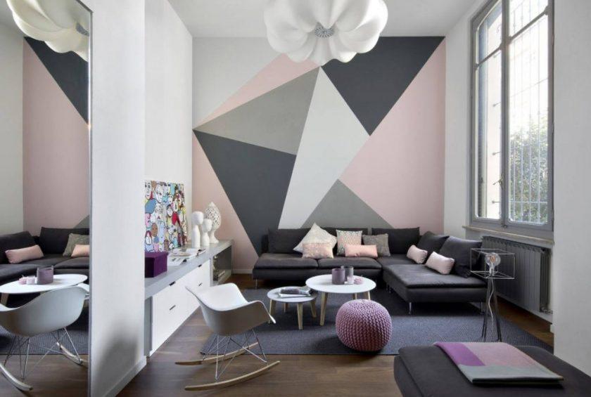 giấy dán tường trong phòng khách với hoa văn hình học