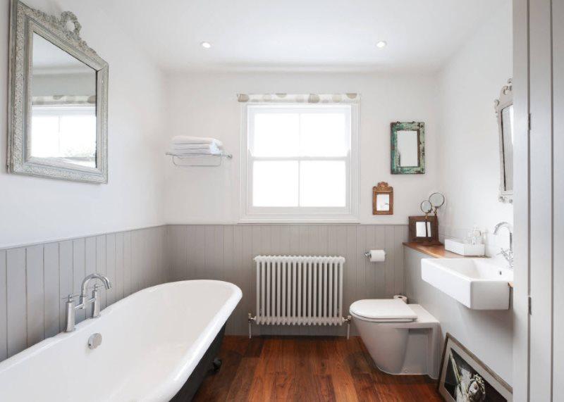 Sàn phòng tắm bằng gỗ có cửa sổ