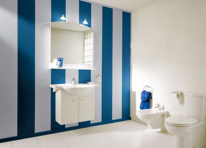 Sự xen kẽ của các tấm nhựa màu xanh và trắng trong nội thất phòng tắm