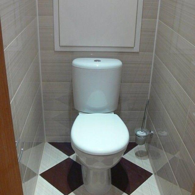 Carreaux de céramique au sol d'une toilette compacte