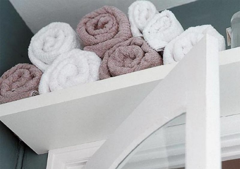 Rangement des serviettes sur une étagère dans la salle de bain